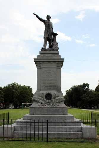 Who are the other Confederate soldiers honored with statues on Jefferson Davis Parkway in Mid-City?