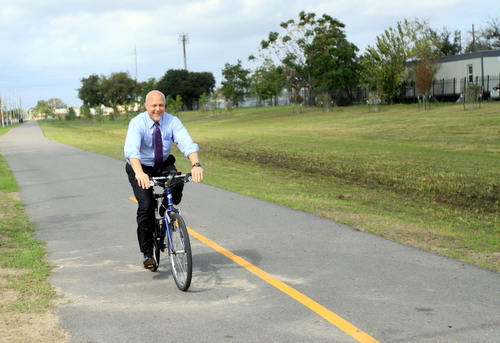 Mayor Mitch Landrieu takes an inaugural ride on the Lafitte Greenway in November 2015. (MidCityMessenger.com file photo by Robert Morris)